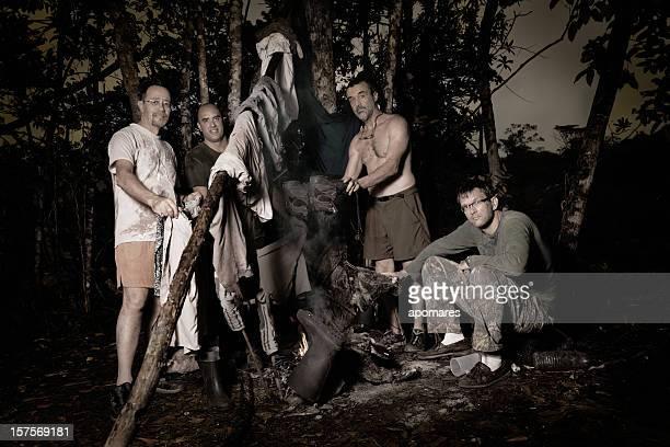 Vier Männer Tuch trocknen mit Kamin im Freien