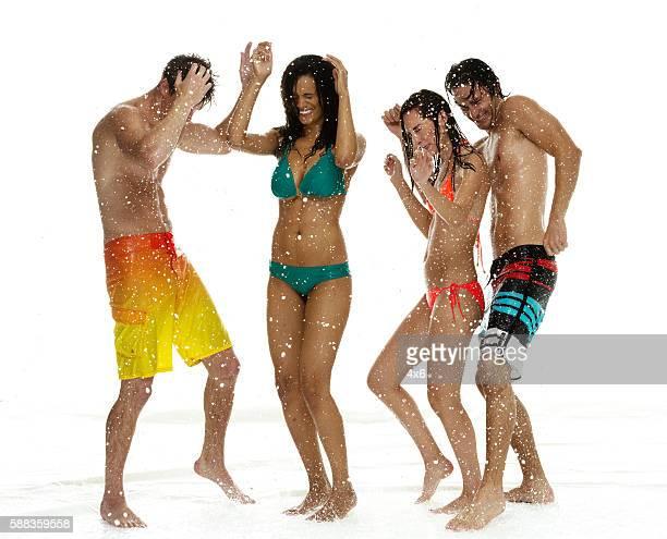 Quatre personnes dans la danse de la pluie