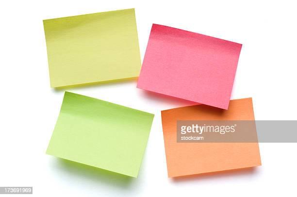 Quatre Post-it de toutes les couleurs sur blanc