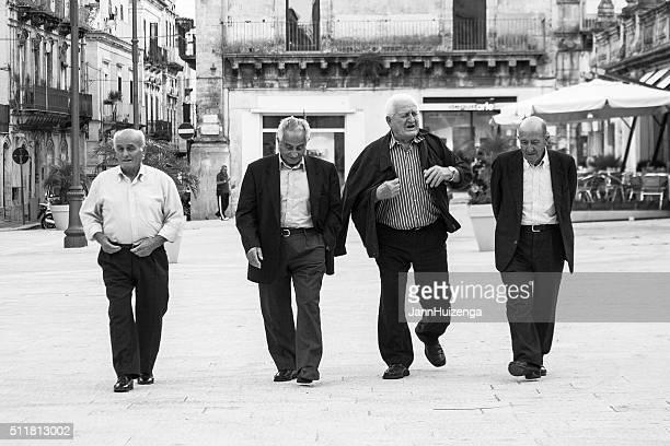 Vier Senior Männer Überqueren Sie die Piazza Dom in Sizilien, Italien