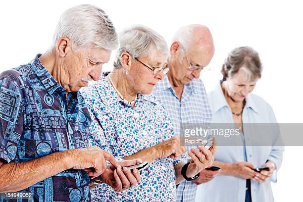 Quatro graves Seniores a descobrir os seus telemóveis