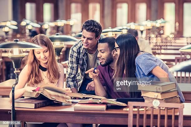 Quatro alunos a estudar e a divertir-se