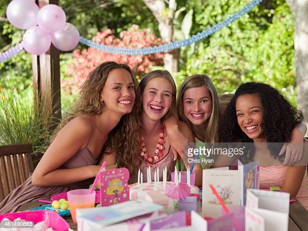 Vier Teenager-Mädchen auf Geburtstagsparty Lächeln im Freien
