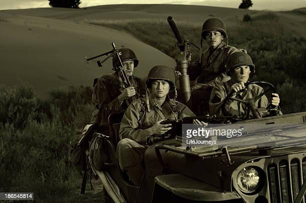 Quatro soldados WWII dirigindo em um jipe em dias de fim