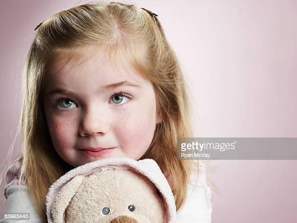 Quattro anni vecchio ragazza abbracciare orsetto.