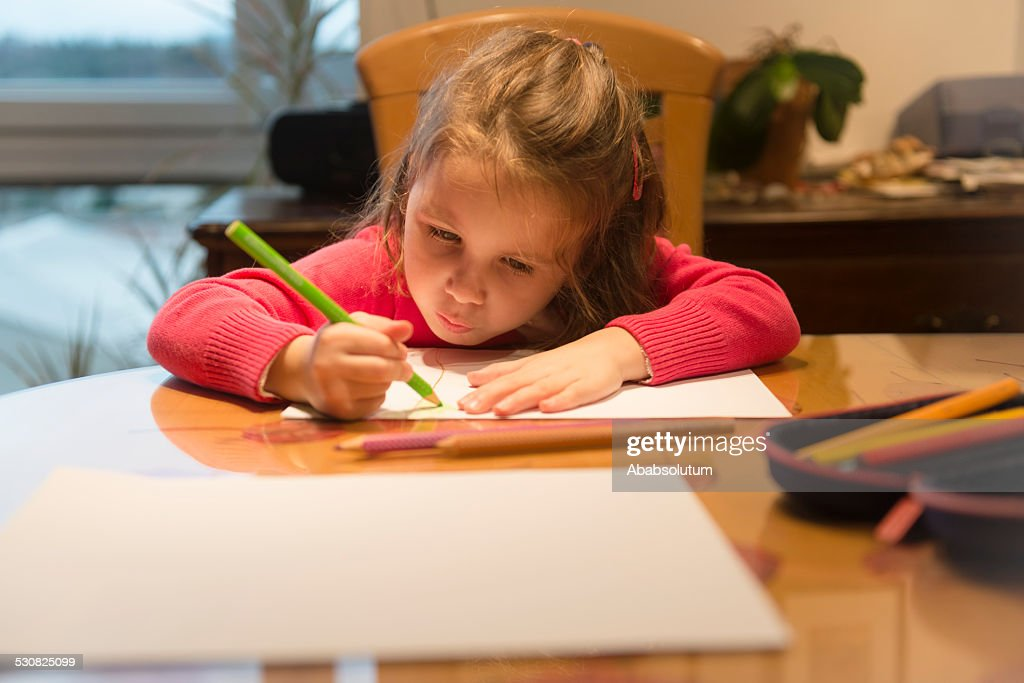 Four Years Old Girl in Pink Drawing, Balcony, Home, Evening : Stockfoto