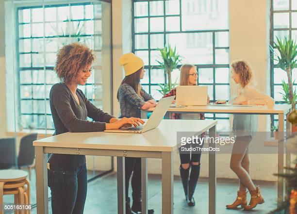 Quatre jeune femme travaillant dans le bureau