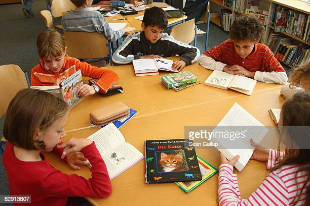 Fourthgrade students read books in the elementary school at the John F Kennedy Schule duallanguage public school on September 18 2008 in Berlin...