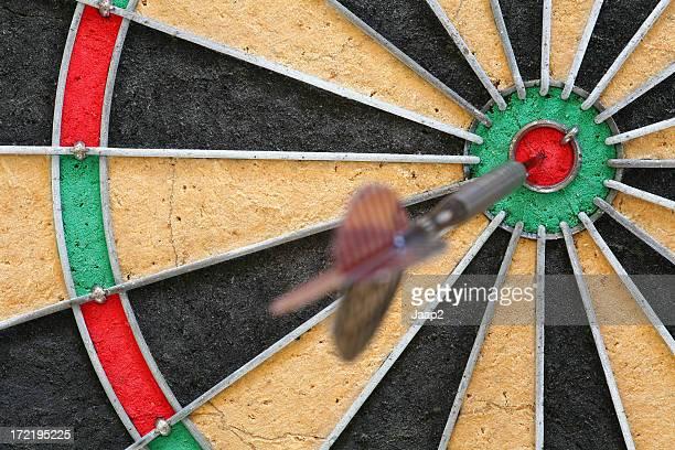"""Fragmentent une Cible de jeu de fléchettes avec dart à l'intérieur de l"""" œil-de-bœuf"""