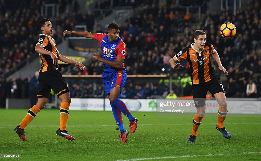 Fraizer Campbell of Crystal Palace (C) scores their third goal during the Premier League match between Hull City and Crystal Palace at KCOM Stadium on December 10, 2016 in Hull, England.