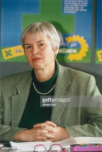 Fraktionsvorsitzende der Bündnis 90/Die Grünen im Kieler Landtag Irene Fröhlich sitzt mit gefalteten Händen an einem Schreibtisch Im Hintergrund ist...