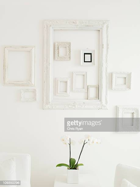 Cadres sur un mur blanc élégant,