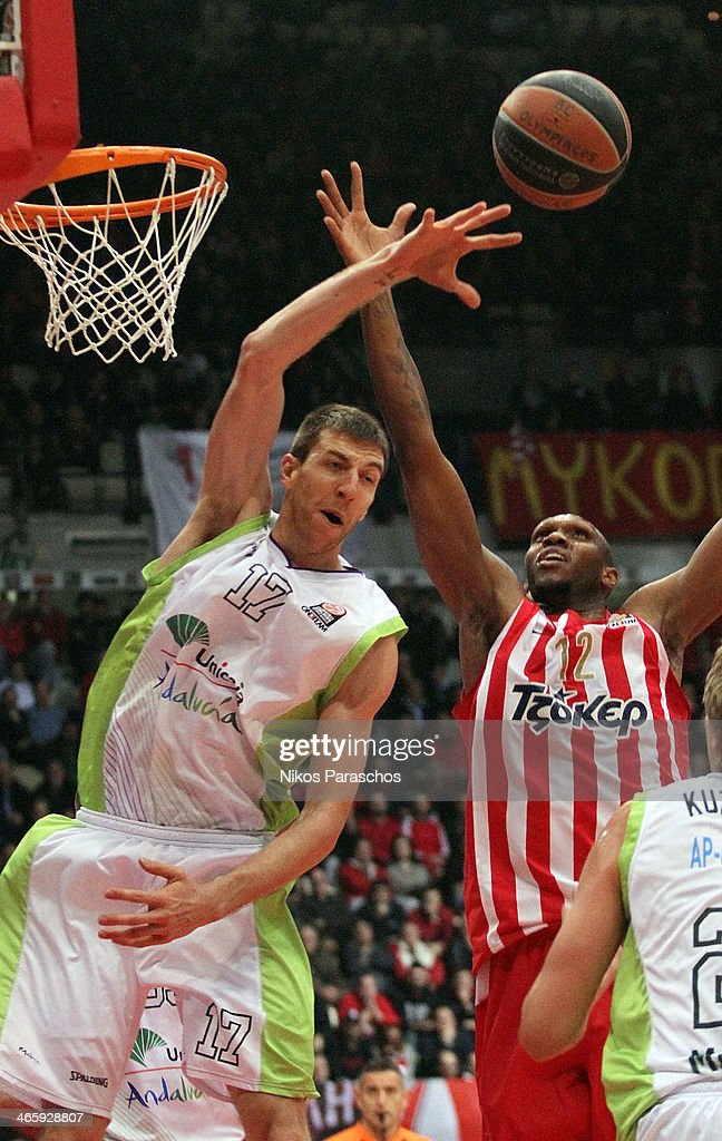 Fran Vazquez, #17 of Unicaja Malaga competes with <a gi-track='captionPersonalityLinkClicked' href=/galleries/search?phrase=Cedric+Simmons&family=editorial&specificpeople=755167 ng-click='$event.stopPropagation()'>Cedric Simmons</a>, #12 of Olympiacos Piraeus during the 2013-2014 Turkish Airlines Euroleague Top 16 Date 5 game between Olympiacos Piraeus v Unicaja Malaga at Peace and Friendship Stadium on January 30, 2014 in Athens, Greece.