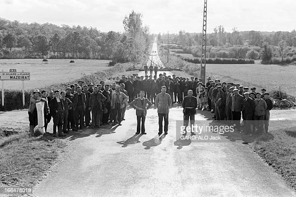 Barricades Of Central And West Central Farmers France 12 octobre 1953 Les paysans du Centre et du CentreOuest ont érigé des barrages routier pour...