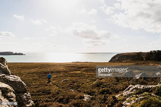 France, Bretagne, Finistere, Crozon peninsula, woman walking at the coast