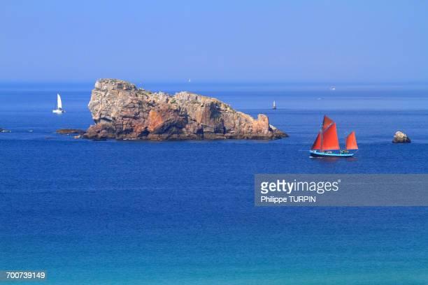 France, Brittany, Crozon Peninsula. Toulinguet cape. Pen Hat Cove. Lion Rock.