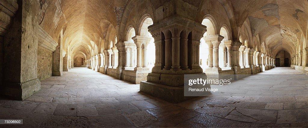 France, Burgundy, Fontenay Abbey cloister : Photo