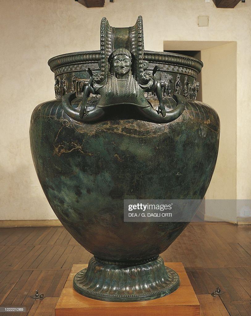 Reportage bien sympa sur les tombes princieres celtes. France-burgundy-vix-krater-from-the-vix-grave-bronze-picture-id122221265