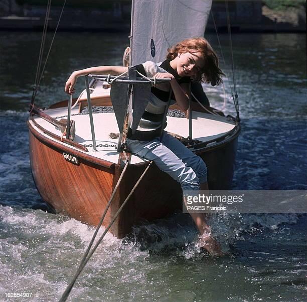 France Gall On Holiday In Noirmoutiers Attitude souriante de France GALL 16 ans assise à l'avant d'un petit bateau les pieds dans l'eau lors de...