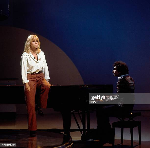 France Gall sings accompanied in the piano by Michel Berger in the program ''Number one''