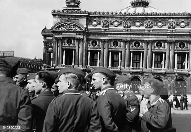 2WW france german occupation Paris German soldiers on a visist at the place de l'opera 1941