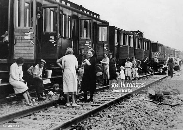 2WW france german occupation Refugees found accomodation in the compartnments of railway waggons End of June 1940