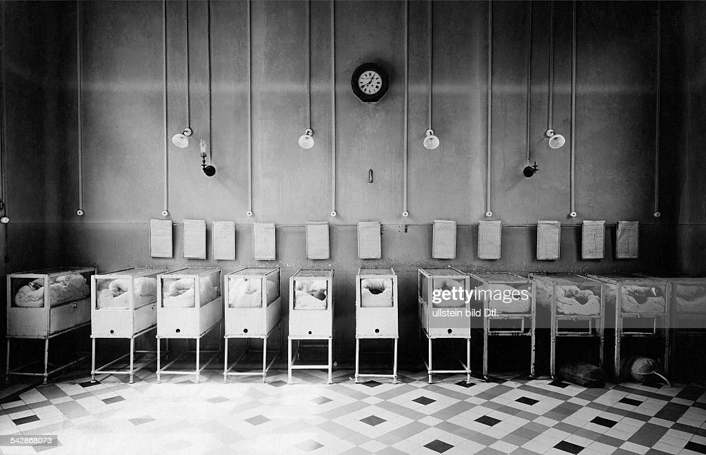 France Ile de France Paris Incubators for premature infants Bonnaire Hospital undated Vintage property of ullstein bild