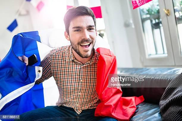 Homme à domicile en France supporters affichez pour la victoire