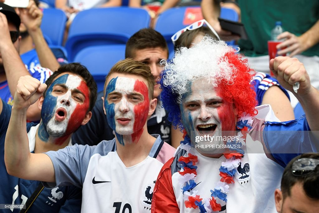 France supporters cheer ahead the Euro 2016 round of 16 football match between France and Republic of Ireland at the Parc Olympique Lyonnais stadium in Décines-Charpieu, near Lyon, on June 26, 2016. / AFP / PHILIPPE