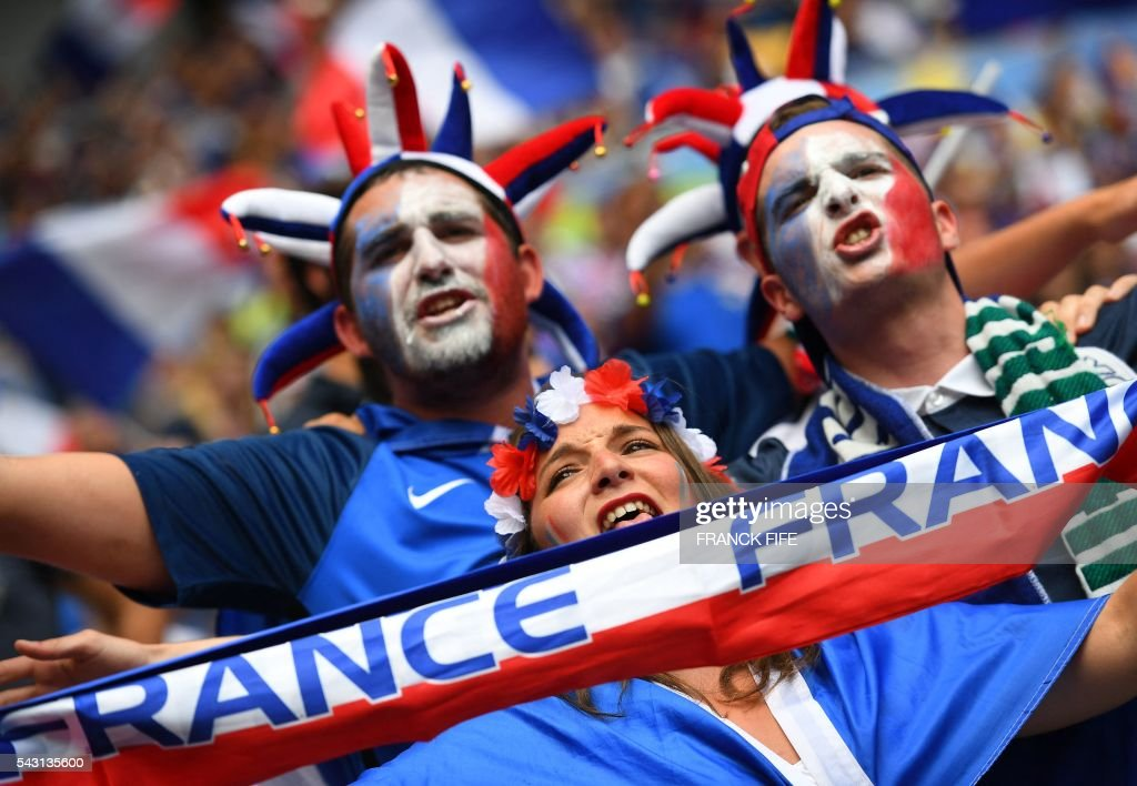 France supporters cheer prior to the Euro 2016 round of 16 football match between France and Republic of Ireland at the Parc Olympique Lyonnais stadium in Décines-Charpieu, near Lyon, on June 26, 2016. / AFP / FRANCK