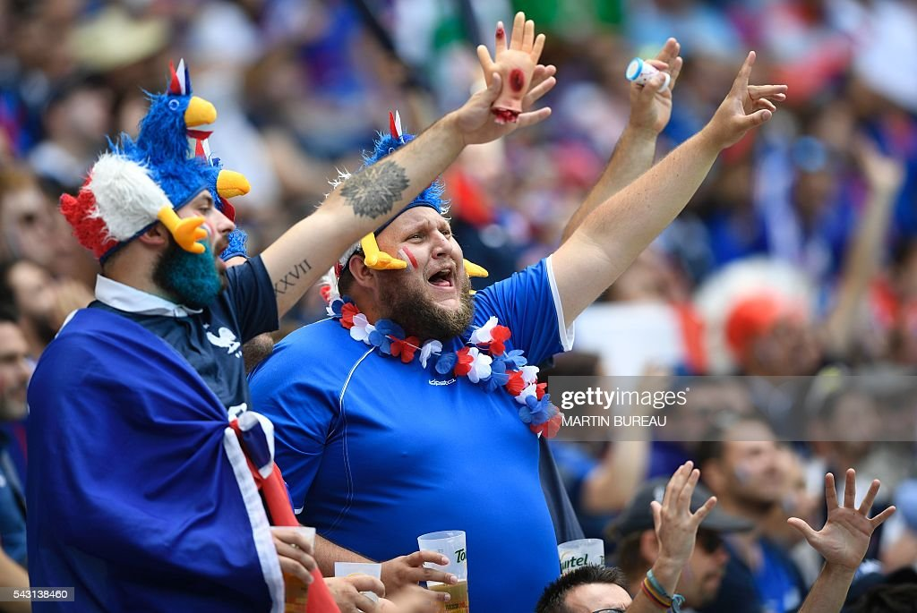 France supporters cheer prior to the Euro 2016 round of 16 football match between France and Republic of Ireland at the Parc Olympique Lyonnais stadium in Décines-Charpieu, near Lyon, on June 26, 2016. / AFP / MARTIN
