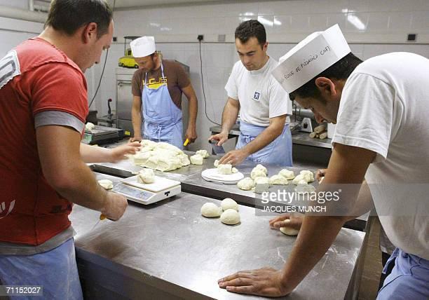 TO GO WITH AFP STORY FILES A picture taken 19 May 2006 shows apprentices of the French pizza school 'Pizzaiolo' baking pizzas at the school's kitchen...