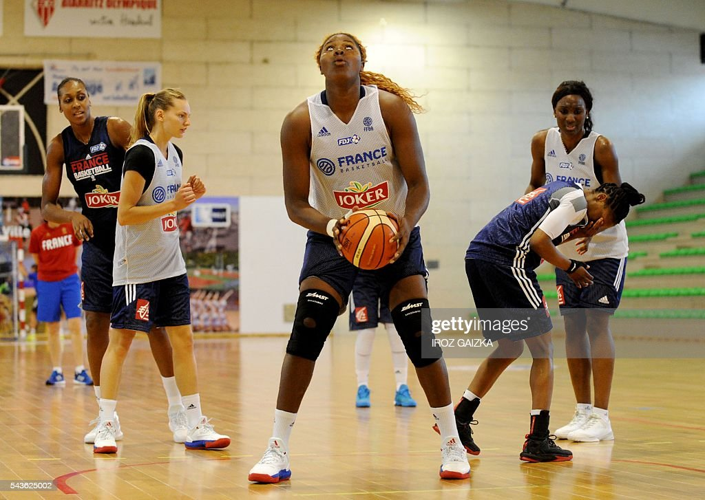 France women's basketball team takes part in a training session in Anglet, southwestern France, on June 29, 2016 ahead of the Rio Olympics. / AFP / Iroz Gaizka