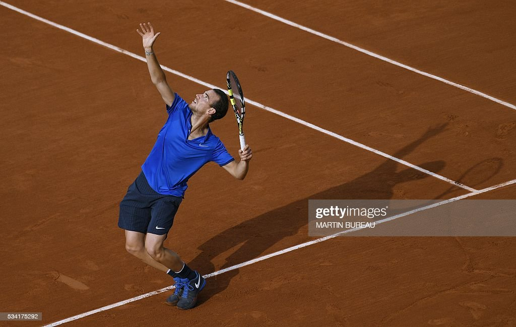 France's Adrian Mannarino returns the ball to Canada's Milos Raonic during their men's second round match at the Roland Garros 2016 French Tennis Open in Paris on May 25, 2016. / AFP / MARTIN