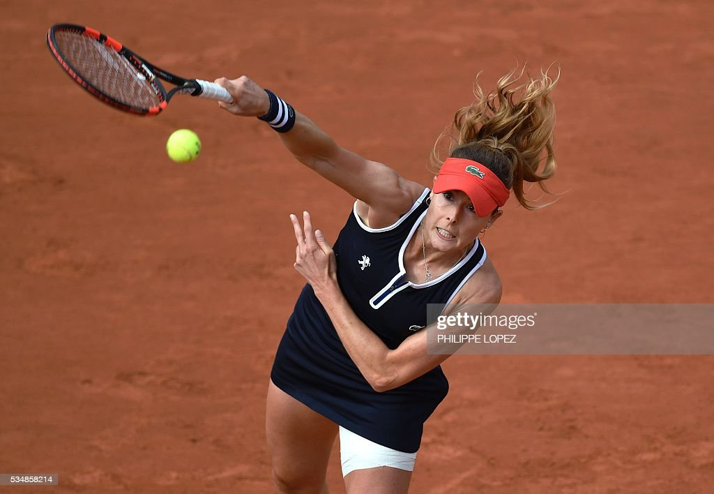 France's Alize Cornet serves the ball to the US's Venus Williams during their women's third round match at the Roland Garros 2016 French Tennis Open in Paris on May 28, 2016. / AFP / PHILIPPE