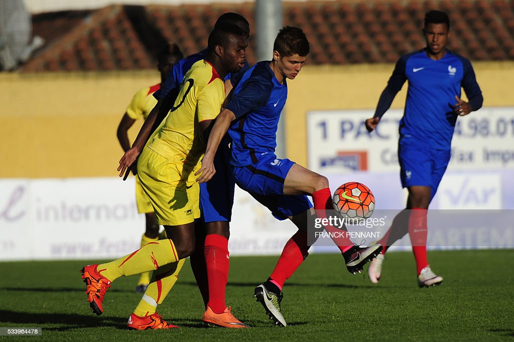 France's Alois Confais (R) vies with Malian player Lassana Coulibaly during the Under 21 international football match betwen France and Mali at the Perruc stadium in Hyeres, southern France on May 24, 2016, as part of the Toulon Hopefuls' Tournament. / AFP / Franck PENNANT