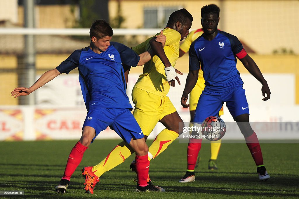 France's Alois Confais (L) vies with Mali's Lassana Coulibaly (C) during the Under 21 international football match betwen France and Mali at the Perruc stadium in Hyeres, southern France on May 24, 2016, as part of the Toulon Hopefuls' Tournament. / AFP / Franck PENNANT
