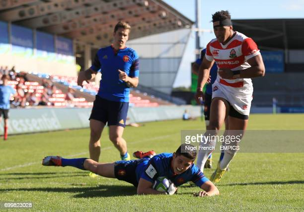 France's Anthony Belleau scores a try against Japan