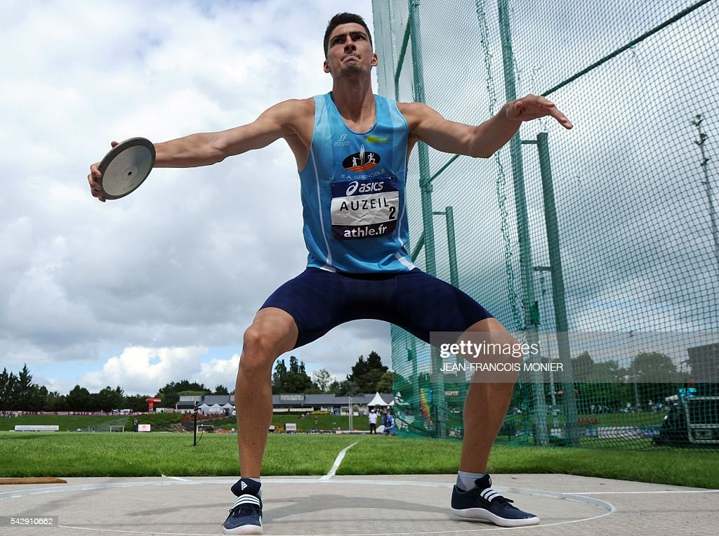France's Bastien Auzeil competes in the discus throw during French Athletics Elite championships on June 25, 2016 at 'Lac de Maine' stadium in Angers, western France. / AFP / JEAN