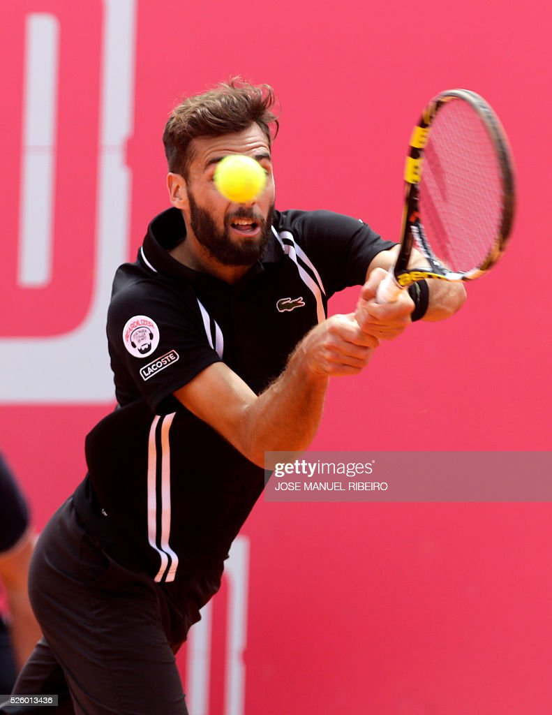 France's Benoit Paire returns a ball to Spaniard Guillermo Garcia-Lopez during their quarter-final Estoril Open Tennis tournament in Estoril on April 29, 2016. / AFP / JOSE