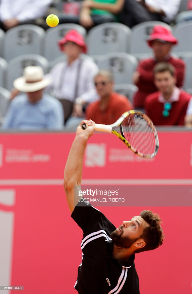 France's Benoit Paire serves a ball to Spaniard Guillermo Garcia-Lopez during their quarter-final Estoril Open Tennis tournament in Estoril on April 29, 2016. / AFP / JOSE