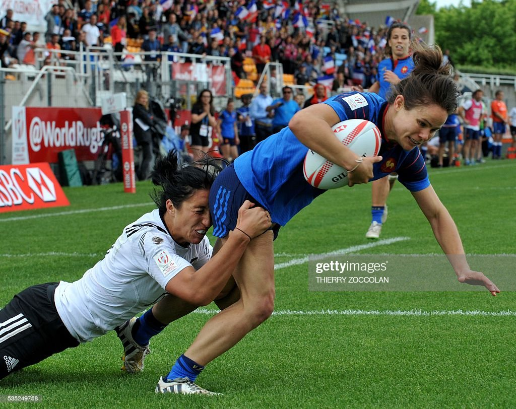 France's Camille Grassineau (R) scores a try during the HSBC World Rugby Women's Sevens Series match between France and New Zealand on May 29, 2016 at the Gabriel Montpied stadium in Clermont-Ferrand, central France, on May 29, 2016.