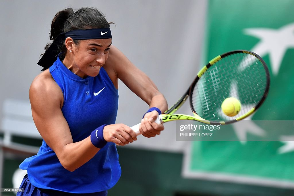 France's Caroline Garcia returns the ball to Poland's Agnieszka Radwanska during their women's second round match at the Roland Garros 2016 French Tennis Open in Paris on May 25, 2016. / AFP / PHILIPPE