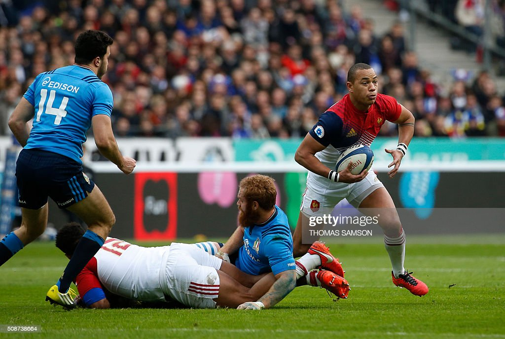 France's centre Gael Fickou (R) runs with the ball during the Six Nations international rugby union match between France and Italy at the Stade de France in Saint-Denis, north of Paris, on February 6, 2016. AFP PHOTO / THOMAS SAMSON / AFP / THOMAS SAMSON