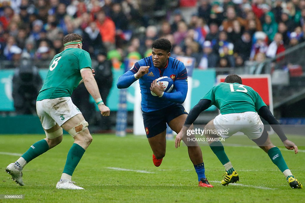France's centre Jonathan Danty (C) makes his way through Ireland's Number Eight Jamie Heaslip (L) and Ireland's fullback Jared Payne during the Six Nations international rugby union match between France and Ireland at the Stade de France Stadium in Saint-Denis, north of Paris, on February 13, 2016. AFP PHOTO / THOMAS SAMSON / AFP / THOMAS SAMSON