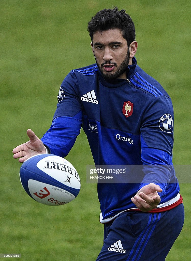 Frances centre Maxime Mermoz passes the ball during a training session in Marcoussis, south of Paris, on February 9, 2016, ahead of the Six Nations international rugby union match between France and Irland. / AFP / FRANCK FIFE