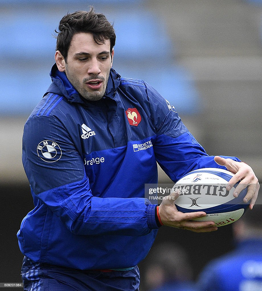 Frances centre Remi Lamerat runs with the ball during a training session in Marcoussis, south of Paris, on February 9, 2016, ahead of the Six Nations international rugby union match between France and Irland. / AFP / FRANCK FIFE