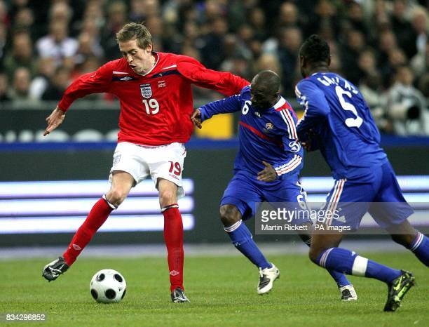 France's Claude Makelele and England's Peter Crouch battle for the ball