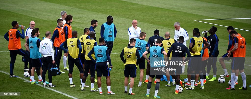 France's coach Didier Deschamps (5-R) speaks to players during a training session in Clairefontaine en Yvelines on May 26, 2016, as part of the team's preparation for the upcoming Euro 2016 European football championships. / AFP / FRANCK