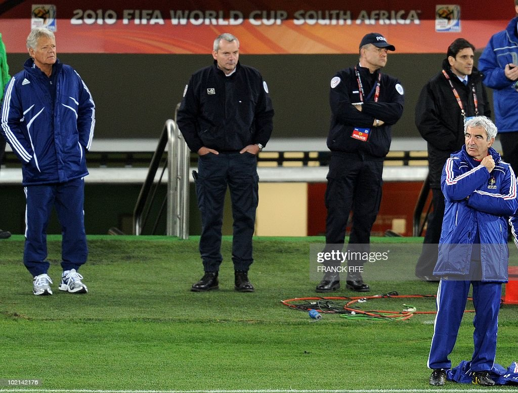 France's coach Raymond Domenech (R) looks as his players during a training session at the Peter Mokaba stadium in Polokwane, on June 16, 2010. France will play against Mexico in their second first-round matchof the 2010 Football World Cup on June 17.
